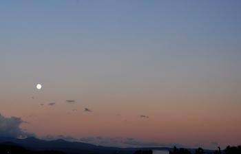 夕陽と名月.JPG