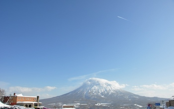飛行機雲と羊蹄山.JPG